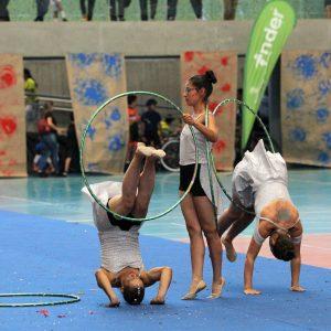 Clase de gimnasia rítmica con hula